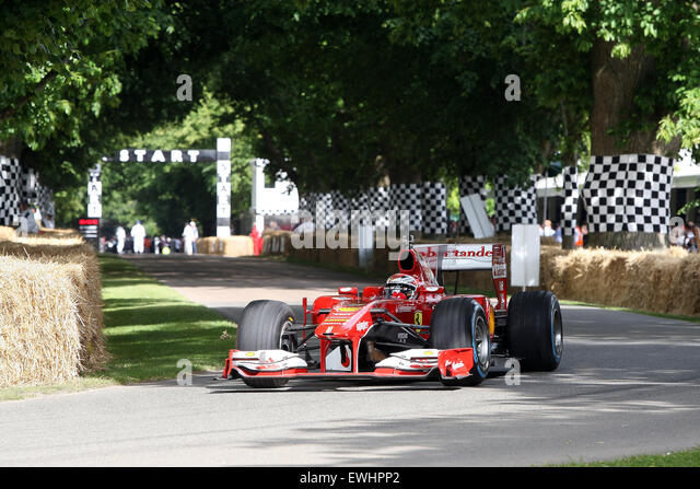 Goodwood, West Sussex, UK. 26. Juni 2015. Kimi Ferrari FI Auto verlässt die Strecke beim Goodwood Festival Stockbild