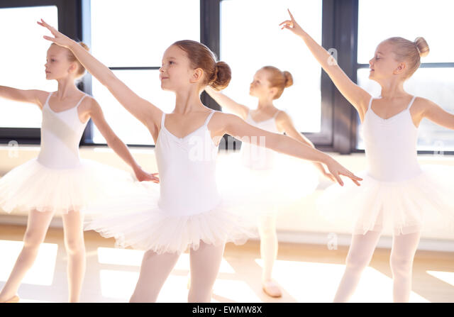 Choreographierten Tanz von einer Gruppe von Anmutigen pretty Ballerinas üben während der Klasse im klassischen Stockbild