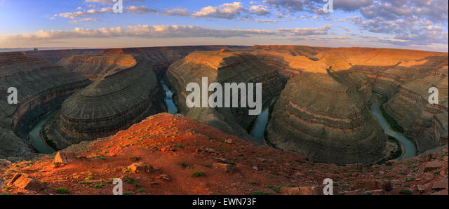 San Juan River schlängelt sich bei Sonnenaufgang am Goosenecks State Park in Utah. Stockbild