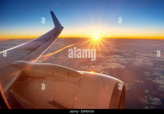 Sunrise-Blick vom Flugzeugfenster Stockbild