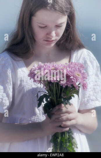 ein Mädchen hält einen Blumenstrauß Stockbild