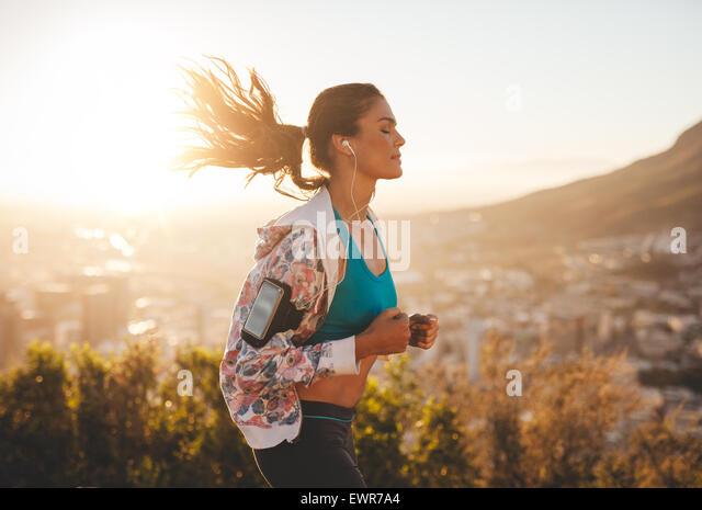Porträt der schönen jungen Frau, für einen Lauf an einem heißen sonnigen Tag. Kaukasische weibliches Stockbild