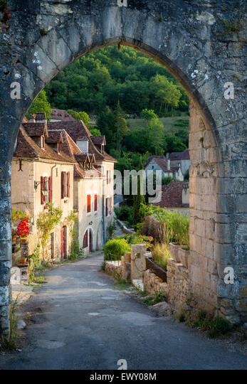 Sonnenuntergang am alten Tor zur Saint-Cirq-Lapopie, Tal des Lot, midi-Pyrenäen, Frankreich Stockbild