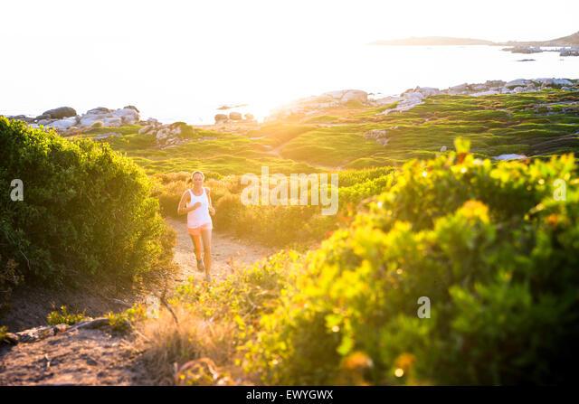 Mädchen Joggen auf Trail, Korsika, Frankreich Stockbild