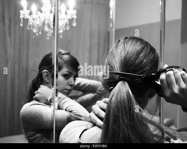 Frau ihr Pferdeschwanz abschneiden Stockbild