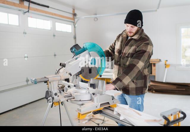 Tischler arbeiten mit Elektrowerkzeugen Stockbild