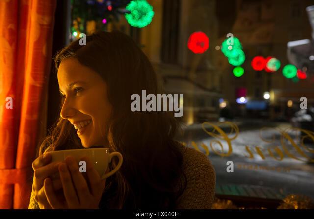 Junge Mitte Erwachsener im Café mit Kaffee Stockbild
