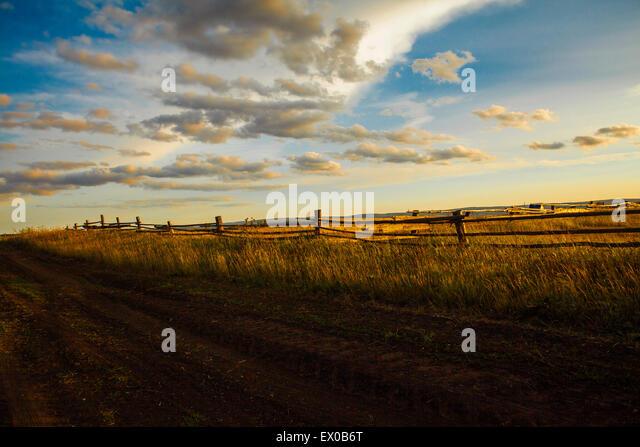 Dirt Track & Field bei Sonnenuntergang, Sarsy Dorf, Sverdlovsk Oblast, Russland Stockbild