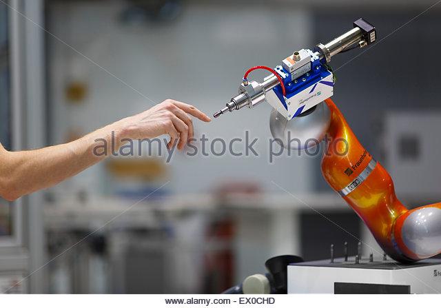 Symbolisches Bild für Mensch - Maschine - Kooperation - Stock-Bilder