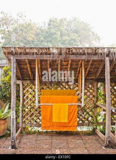 Monk Roben hängen in den privaten Garten des Zimmer #506, La Residence Phou Vao. Luang Prabang, Laos. Stockbild