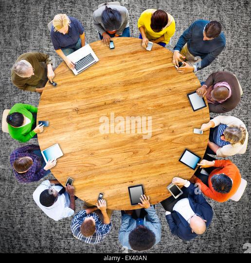 Gruppe von multiethnischen Menschen verbunden sind digitale Geräte-Konzept Stockbild