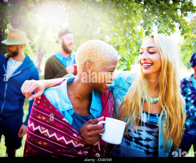 Freunden im freien fröhlich Ferienkonzept Camping Stockbild