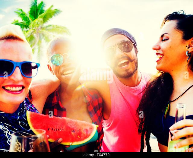 Urlaub Freunde am Strand entspannen, chillen Konzept Stockbild