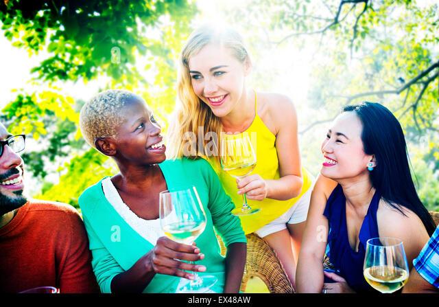 Mädchen reden, chillen Freundschaft Freizeit Freunde Konzept Stockbild