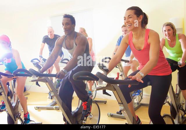 Gruppe von Personen mit Heimtrainer Fitness-Klasse Stockbild