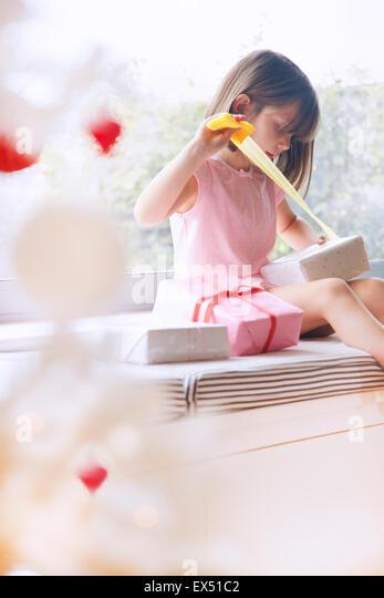 Junges Mädchen Auspacken Weihnachtsgeschenk Stockbild