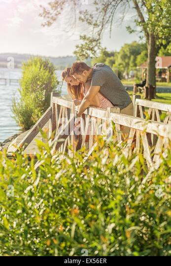 Paare, die auf der Brücke Stockbild