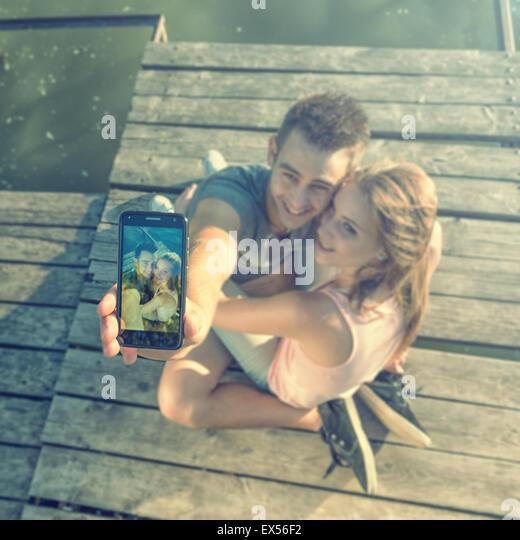 Paar in der Liebe auf dem Pier, Selfie Fotos Stockbild