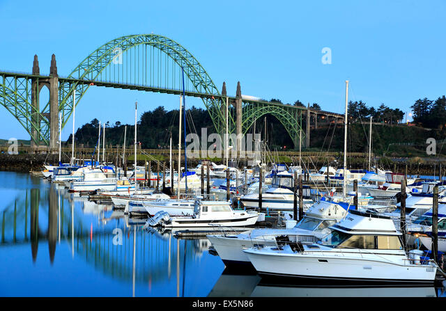Boote im Hafen von Newport Marina und Yaquina Bay Bridge, Newport, Oregon USA Stockbild