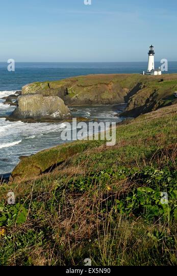 Historischen Yaquina Head Lighthouse und felsigen Landzunge, Yaquina Head herausragende Naturraum, Newport, Oregon Stockbild