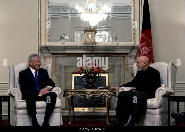 Chuck Hagel trifft der US-Verteidigungsminister, links, mit afghanischen Präsidenten Hamid Karzai in Kabul Stockbild