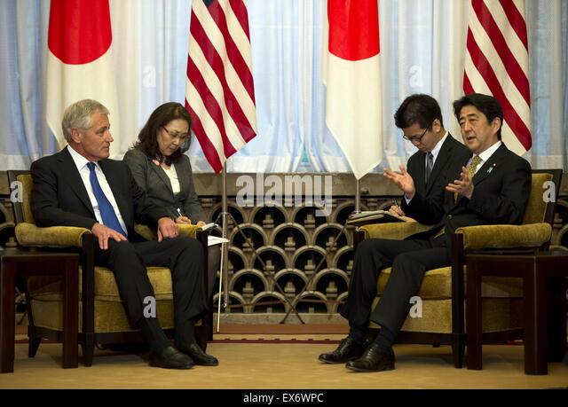 Chuck Hagel trifft der US-Verteidigungsminister, links, mit der japanische Premierminister Shinzo Abe 2014 Stockbild
