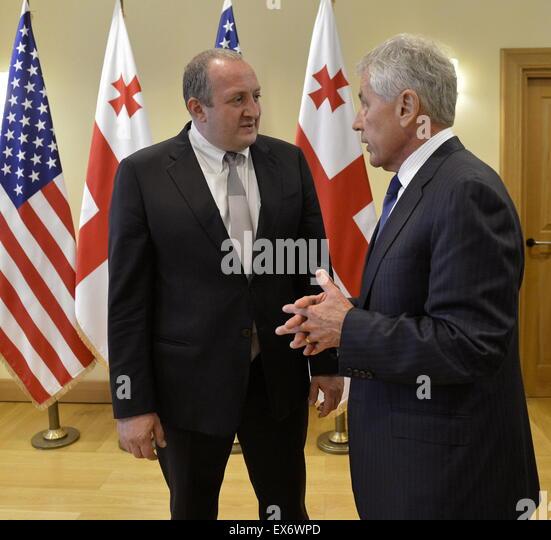 Chuck Hagel der US-Verteidigungsminister, rechts, Treffen mit dem georgischen Präsidenten Giorgi Margvelashvili Stockbild