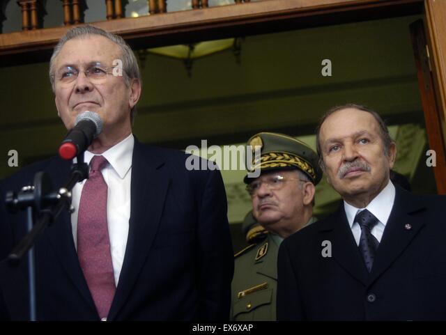 Sekretärin der Verteidigung Donald H. Rumsfeld und algerische Präsident Abdul-Aziz Bouteflika 2006 Stockbild