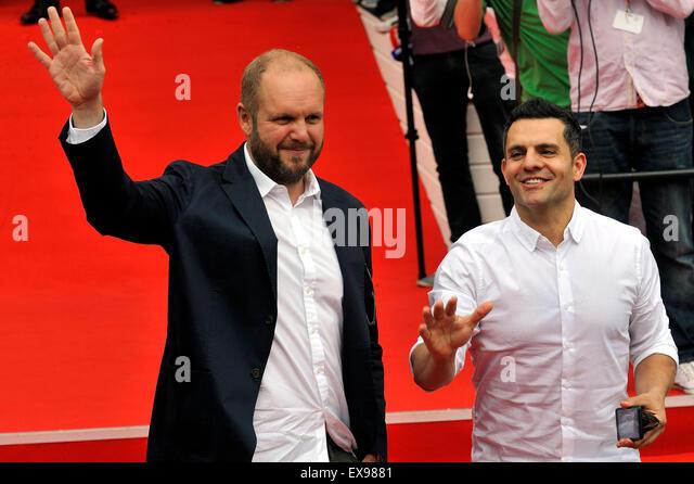 Karlovy Vary, Tschechien. 9. Juli 2015. Produzenten David Ondricek (links) und Pete Shilaimon Grüße Fans, - Stock-Bilder