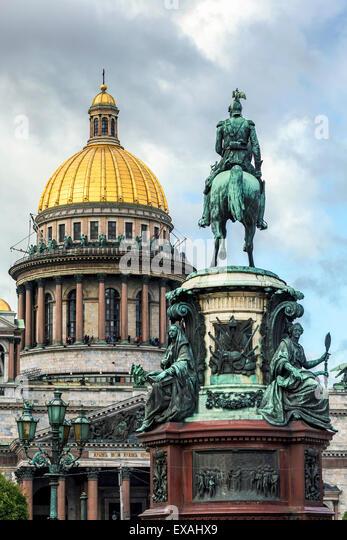 Goldene Kuppel der St. Isaaks Kathedrale erbaut 1818 und die Reiterstatue von Zar Nicholas datiert 1859, St. Petersburg, Stockbild