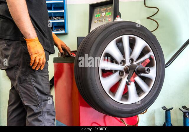 Mechaniker Auto Rad auswuchten Stockbild