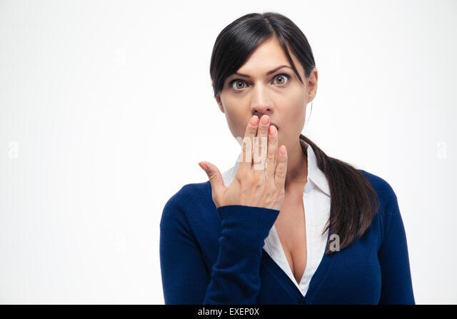 Porträt von erstaunt Geschäftsfrau ihr den Mund zu und Blick in die Kamera auf einem weißen Hintergrund Stockbild