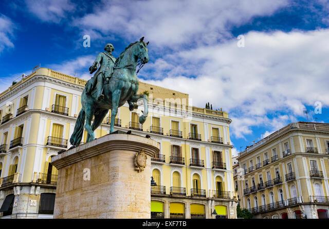 Madrid, Spanien auf das Reiterstandbild von König Charles III an der Puerta del Sol. Stockbild