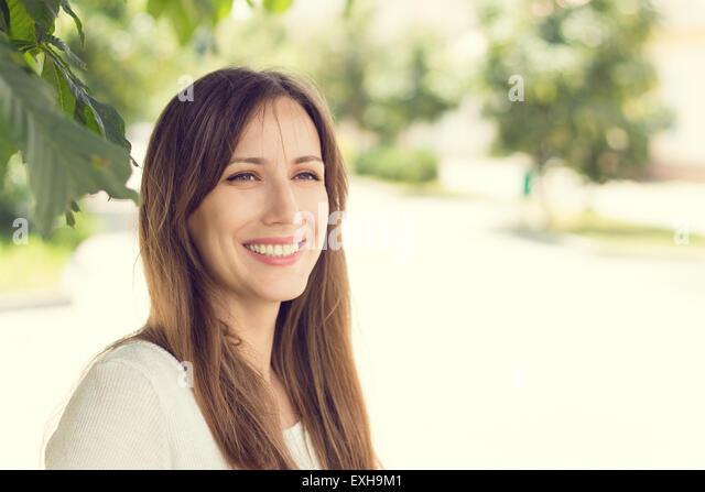 Junge, lächelnde Frau mit gesunden Zähnen am sonnigen Sommertag. Ziemlich europäischen Mädchen Stockbild
