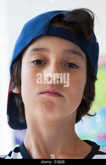Portrait eines anspruchsvollen zehn Jahre alten Jungen mit einer Kappe Stockbild