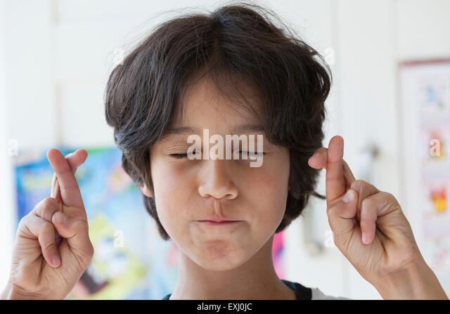 Teenager seine Daumen mit geschlossenen Augen Stockbild