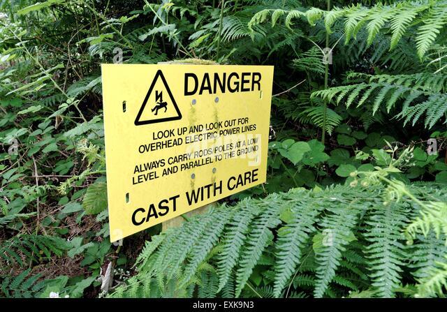 Warnzeichen für die Fischer über elektrischen Stromkabel Stockbild