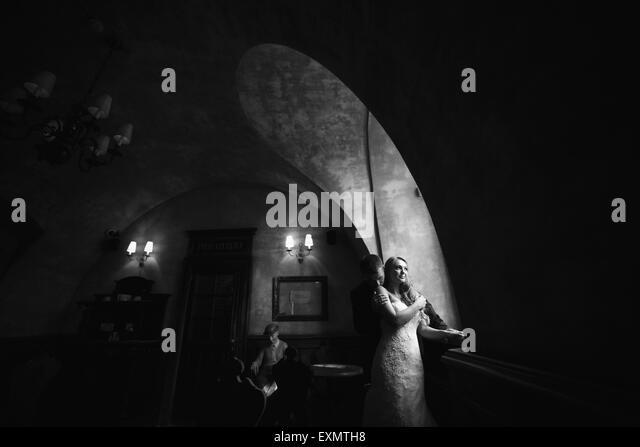 Die Braut und der Bräutigam in einem gemütlichen Haus Stockbild