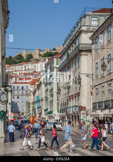 Portugal, Lisboa, Rossio, Blick vom Praça Dom Pedro IV Trog Rua da Betesga in Richtung Praca Figueira und Castelo Stockbild