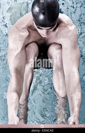 Rücken-Schwimmer im Hallenbad in Ausgangsposition Stockbild