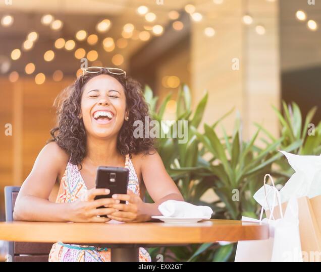 Frau mit Telefon im café Stockbild