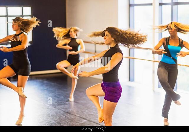 Tänzer üben im Tanzstudio Stockbild