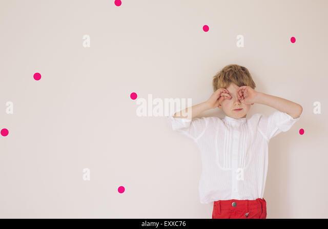 Kleiner Junge mit seinen Händen und Augen bedecken Porträt Stockbild