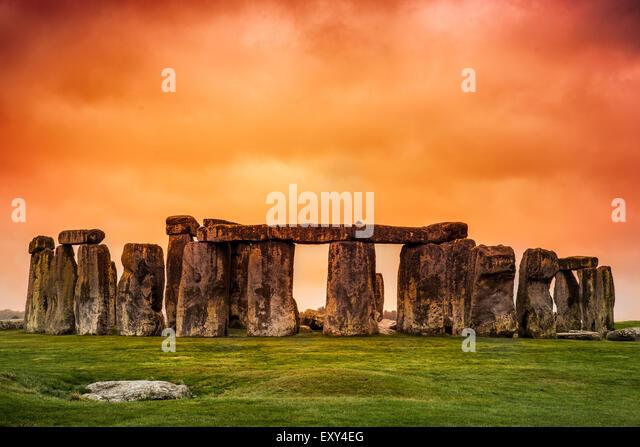 Stonehenge vor feurigen orange sunset Himmel Stockbild