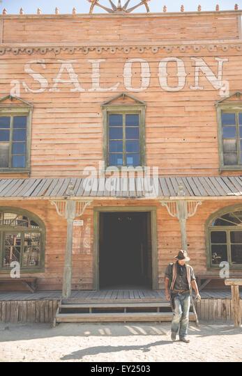 Cowboy vor Saloon aufbauend auf Wild-West-Film-set, Fort Bravo, Tabernas, Almeria, Spanien Stockbild