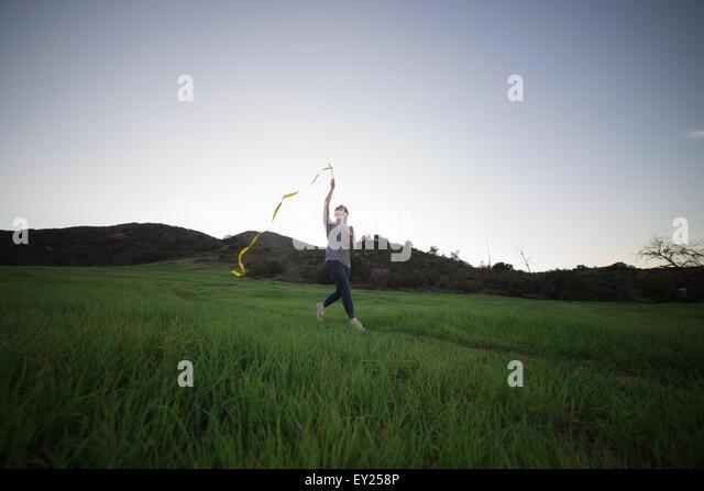 Junge Frau im Bereich Tanz Band hält laufen Stockbild