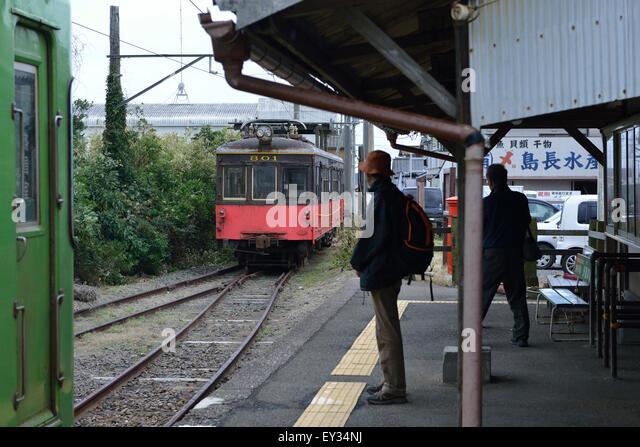 Bahnhof, nostalgische Landschaft, roter Zug, Stockbild