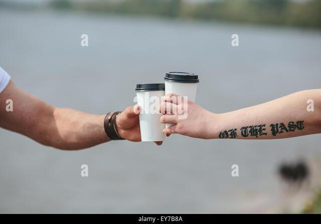 Cheers mit zwei Tassen Kaffee Stockbild