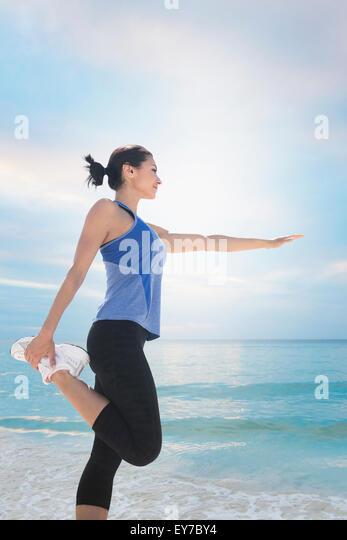 Junge Frau, die Ausübung von Meer Stockbild