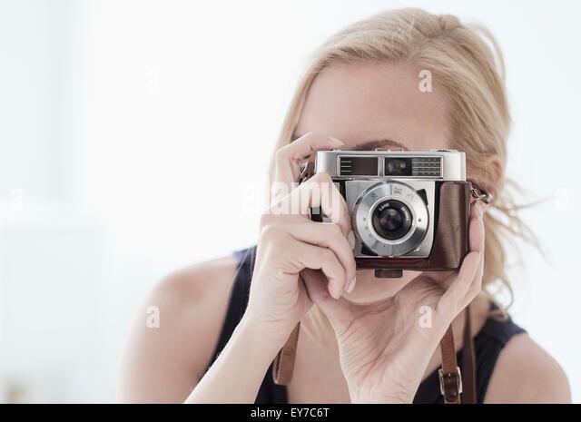 Frau nehmen Foto mit Digitalkamera Stockbild